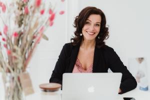 Burn-out expert Dorien Scharenborg, van Doorzien, zit achter haar laptop en kijkt recht in de lens van de camera