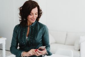 Coach/Trainer Dorien Scharenborg, van Doorzien, kijkt op haar smartphone
